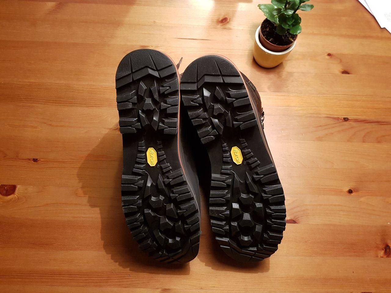 26f33d604a541b Und so sahen die Schuhe dann aus als sie zurück gekommen sind. Wanderschue  nach Reparatur · Schuhsohle nach Reparatur